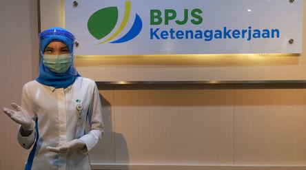 Karyawan memberikan salam sambut peserta BP Jamsostek yang datang untuk melakukan klaim melalui Laya...