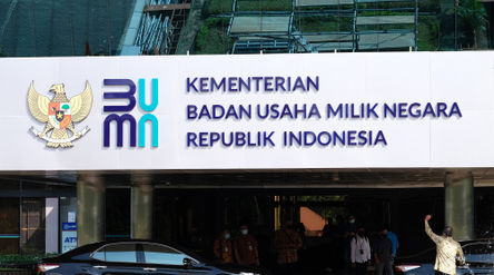 Karyawan beraktivitas di dekat logo baru Kementerian Badan Usaha Milik Negara (BUMN) di Gedung Kemen...