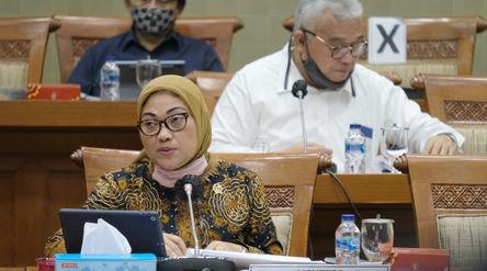 Menteri Ketenagakerjaan (Menaker) Ida Fauziyah menyampaikan paparannya pada rapat kerja dengan Komis...
