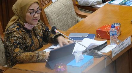 Menteri Ketenagakerjaan (Menaker) Ida Fauziyah memyampaikan  paparannya pada rapat kerja dengan Komi...