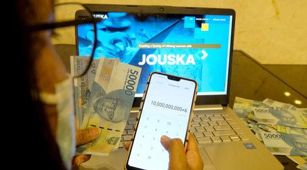 Ilustrasi pekerja membuka aplikasi perencana keuangan Jouska, di Jakarta, Rabu, 29 Juli 2020. Belum ...