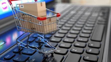 Ilustrasi belanja online di e-commerce. / Shutterstock\n