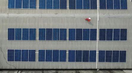 Indonesia terletak di sepanjang garis khatulistiwa dengan iradiasi energi matahari rata-rata 4,80 kW...