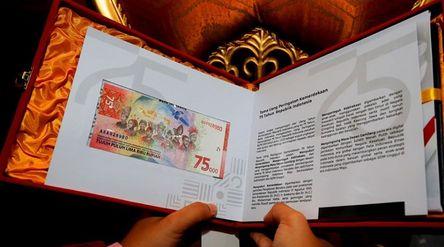 Wali Kota Surabaya Tri Rismaharini menerima uang rupiah baru pecahan Rp75.000 dari Bank Indonesia (B...