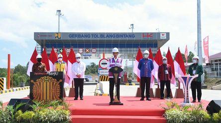 Presiden Joko Widodo meresmikan jalan tol ruas Sigli-Banda Aceh Seksi 4 yang menghubungkan Indrapuri...