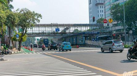 Jembatan penyeberangan orang yang menghubungkan sisi timur dan barat serta Halte Transjakarta Bank I...