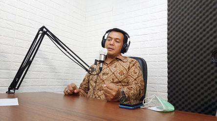 Direktur Utama PT Krakatau Steel (Persero) Tbk Silmy Karim saat berbincang dalam program Podcast OmF...