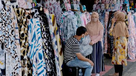 Pembeli memilih produk kain di Pasar Tekstil Cipadu, Tangerang, Banten, Kamis, 17 September 2020. Se...