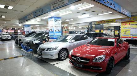 Deretan mobil bekas berbagai merek dipajang di showroom penjualan mobil bekas di WTC Mangga Dua, Jak...