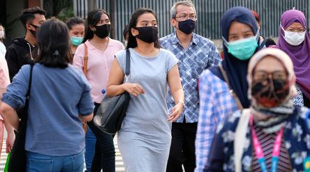 Warga beraktivitas dengan menggunakan masker di kawasan Thamrin, Jakarta, Jum'at, 11 September...