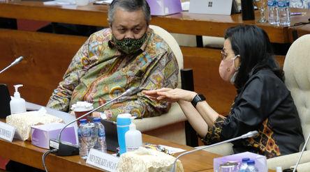 Menteri Keuangan, Sri Mulyani (kanan) berbincang dengan Gubernur Bank Indonesia, Perry Warjiyo (kiri...