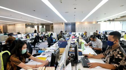 Suasana karyawan bekerja di kantor Bank Mandiri, Jakarta, Senin, 14 September 2020. Bank Mandiri men...