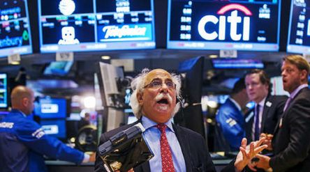 Ilustrasi perdagangan saham di bursa Wall Street Amerika Serikat / Reuters\n