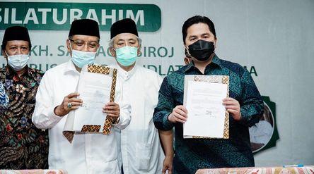 Menteri BUMN Erick Thohir dan Ketua Umum PBNU Said Aqil saat menandatangani MoU / Dok. Kementerian B...