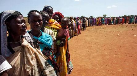 Warga Sudan selatan antre makanan/foto;HRW\n