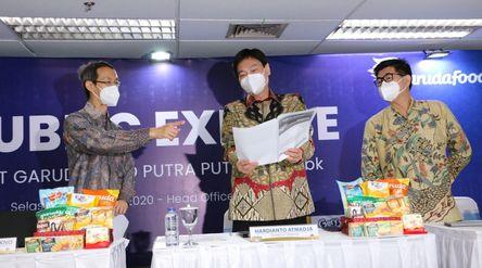 Paulus Tedjosutikno selaku Direktur Garudafood (kiri) Hardianto Atmadja Direktur Utama Garudafood (t...