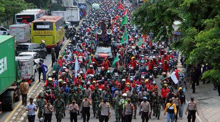 Ribuan buruh mengikuti aksi unjuk rasa di Jalan Daan Mogot, Kota Tangerang, Banten, Rabu, 7 Oktober ...