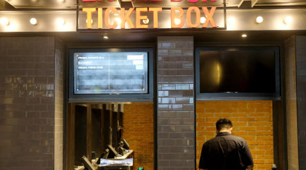 Pengunjung memesan tiket di bioskop CGV Mal Grand Indonesia, Jakarta, Rabu, 21 Oktober 2020. Foto: I...