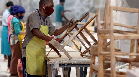 Sejumlah pekerja tengah menyelesaikan pembuatan furniture di PT Funisia Perkasa, Juru Mudi Baru Keca...