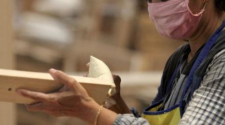 Pekerja tengah menyelesaikan pembuatan furniture di PT Funisia Perkasa, Juru Mudi Baru Kecamatan Ben...