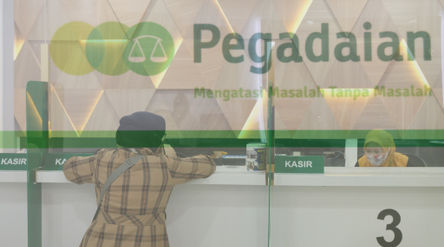 Nasabah melakukan transaksi di kantor pelayanan PT Pegadaian (Persero) Pusat, Jakarta, Kamis, 15 Okt...