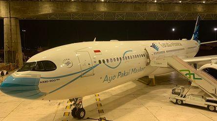 Pesawat berlivery Ayo Pakai Masker milik PT Garuda Indonesia (Persero) Tbk ini akan terbang perdana ...