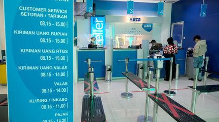 Nasabah melakukan transaksi di teller gerai BCA Mal Gandaria City, Jakarta Selatan, Kamis, 22 Oktobe...