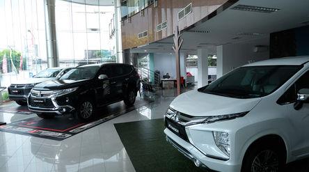 Sejumlah unit mobil baru berada di salah satu showroom penjualan Mitsubishi kawasan Mampang, Jakarta...