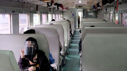 Penumpang berada di rangkaian kereta api Matarmaja relasi Jakarta-Malang yang diberangkatkan dari st...