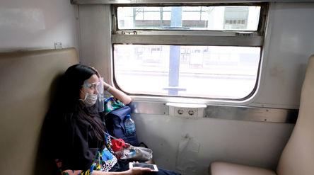 Penumpang berada didalam rangkaian kereta api Matarmaja relasi Jakarta-Malang yang diberangkatkan da...