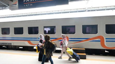 Penumpang kereta api berjalan di peron menuju rangkaian kereta api Matarmaja relasi Jakarta-Malang y...