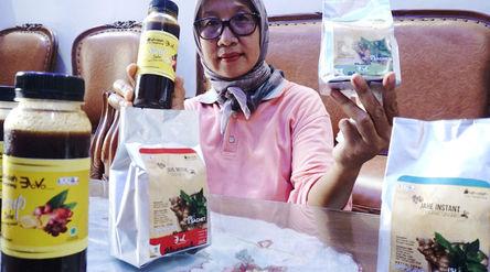 Pekerja menunjukkan produk olahan jahe di industri rumahan kawasan Bugel, Kota Tangerang, Banten, Ju...