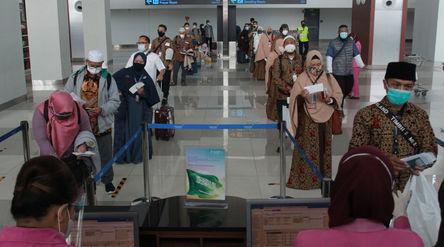Sejumlah calon jamaah umrah sebelum bertolak ke Arab Saudi dari Terminal 3 Bandara Soekarno Hatta, T...