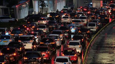 Sejumlah kendaraan terjebak kemacetan di ruas jalan Jenderal Sudirman, Jakarta, Rabu, 4 November 202...