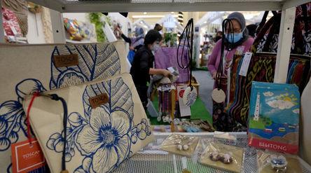 Pengunjung melihat produk kerajinan pernak pernik di stan UMKM pada pameran In Store Promotion Kemen...