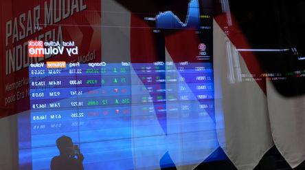 Pewarta mengamati layar pergerakan Indeks Harga Saham Gabungan (IHSG) di Gedung Bursa Efek Indonesia...