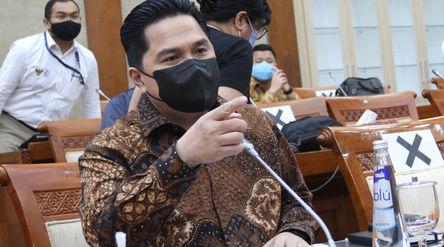 Menteri Badan Usaha Milik Negara (BUMN) Erick Thohir saat akan mengikuti rapat kerja dengan Komisi X...
