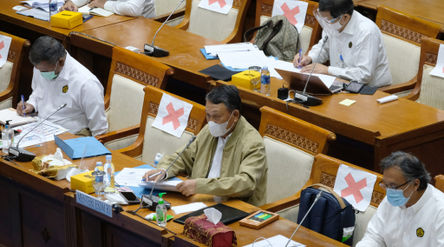 Menteri Energi dan Sumber Daya Mineral, Arifin Tasrif (tengah) mengikuti rapat kerja dengan komisi V...