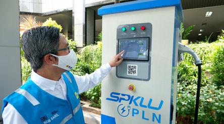 Direktur Niaga dan Pelayanan PT PLN (Persero) Bob Saril melakukan simulasi pengisian listrik kendara...