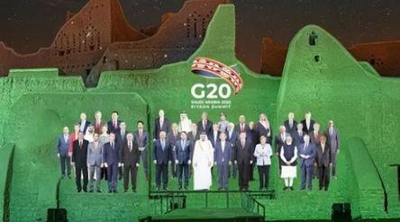 Foto yang berisi hasil proyeksi gambar diri para pemimpin negara-negara anggota G20 di tembok bangun...