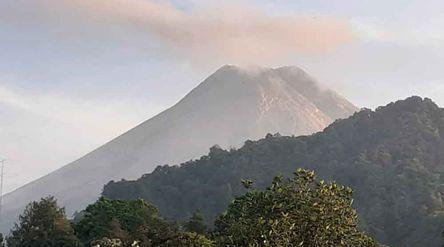 Gunung Merapi terlihat dari pos pemantauan Kaliurang DIY/BPPTKG\n