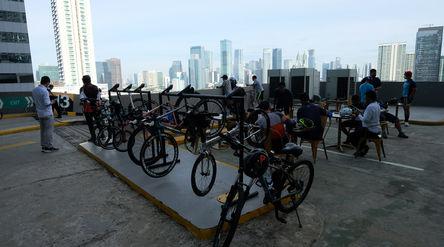 Sejumlah pesepeda beristirahat di rooftop pusat perbelanjaan Mal Kuningan City, Jakarta, Sabtu, 19 D...