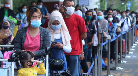 Calon penumpang pesawat mengantre untuk mengikuti tes cepat antigen di area Terminal 2 Bandara Soeka...