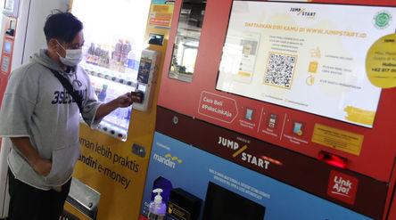 Warga bertransaksi dengan uang elektronik berbasis kartu di Jakarta, Rabu, 2 Desember 2020. Foto: Is...
