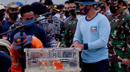 Tim penyelam meletakkan black box Flight Data Recorder (FDR) kecelakaan pesawat Sriwijaya Air SJ-182...