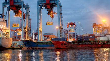Suasana crane bongkar muat peti kemas di dermaga Pelabuhan Tanjung Priok, Jakarta, Senin, 11 Januari...