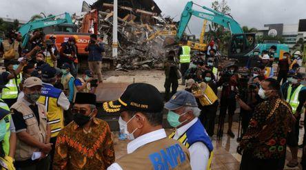Menteri PUPR Basuki Hadimuljono mengunjungi lokasi gempa bumi di Mamuju, Sulawesi Barat, Minggu, 17 ...
