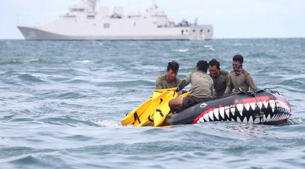 Tim penyelam gabungan TNI melakukan pencarian korban dan puing pesawat Sriwijaya Air nomor penerbang...