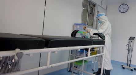 """Petugas medis beraktivitas di ruang bersalin """"Taman Cinta"""" khusus pasien terkonfirmasi p..."""