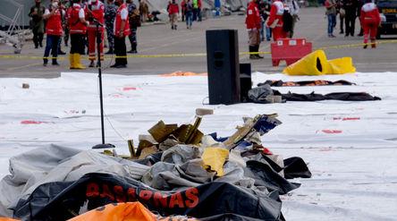 Tampak serpihan pesawat di Posko Evakuasi jatuhnya pesawat Sriwijaya Air SJ182 rute Jakarta – ...